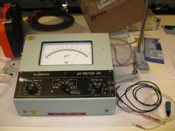 Noget af vores hypermoderne udstyr (dette pH-meter skal på Radiometers lille museum)