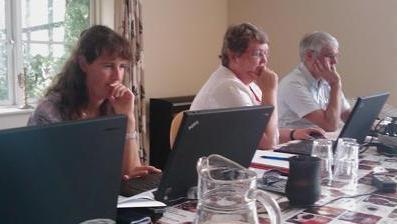 Zita, Annie og Morten arbejder koncentreret